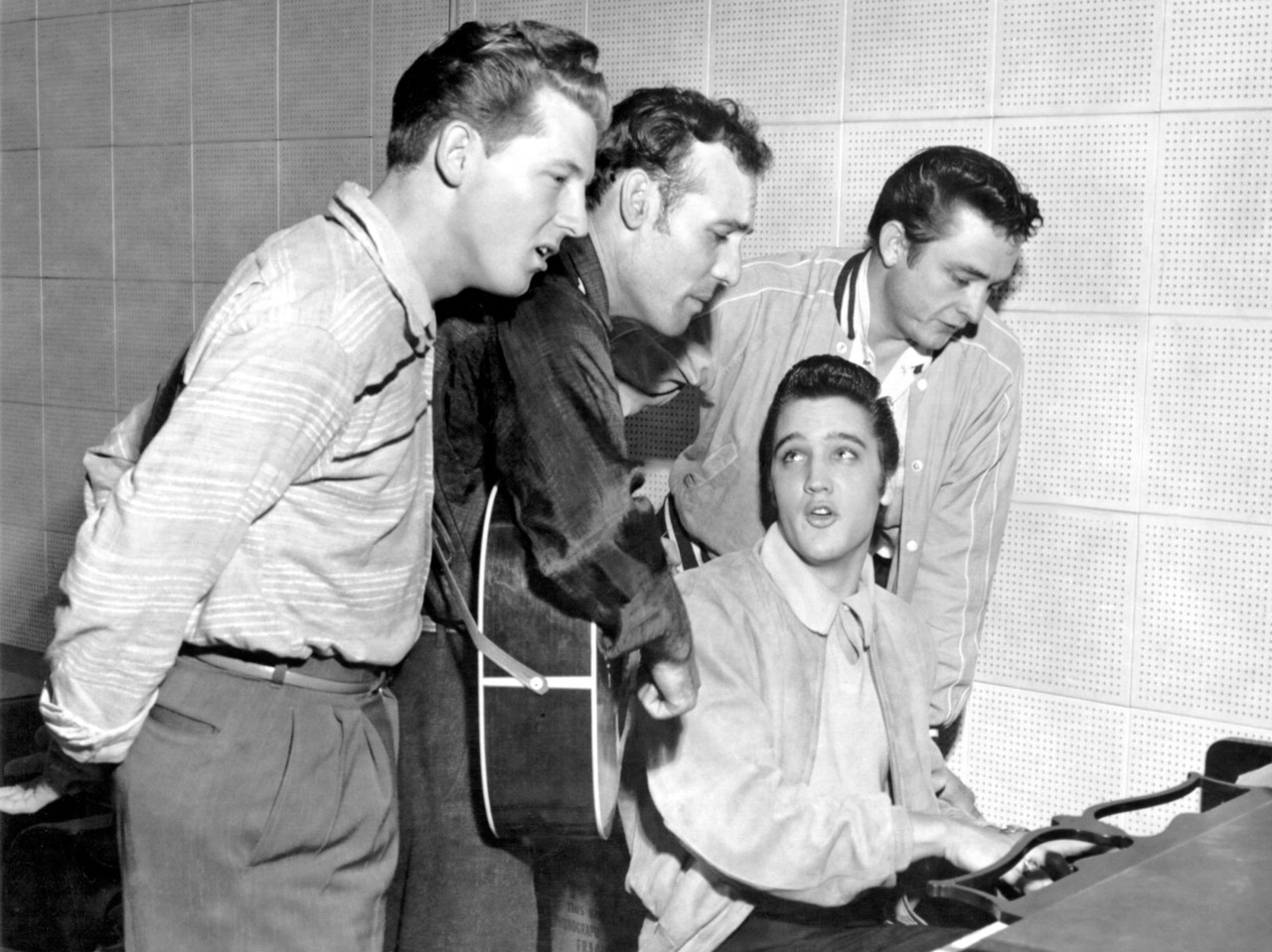 Elvis Presley, Johnny Cash, Jerry Lee Lewis, y Carl Perkins interpretaron himnos cristianos a piano, en los estudios de Sun Records